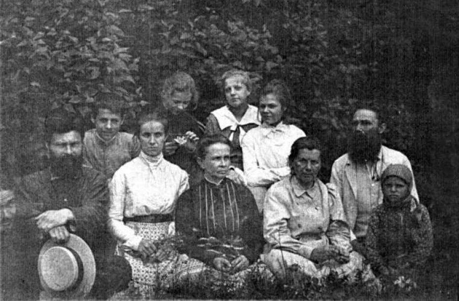 На фото в першому ряду (зліва направо): Михайло Кривинюк (чоловік Ольги Косач), Ольга Косач, Олена Антонівна Тесленко-Приходько (
