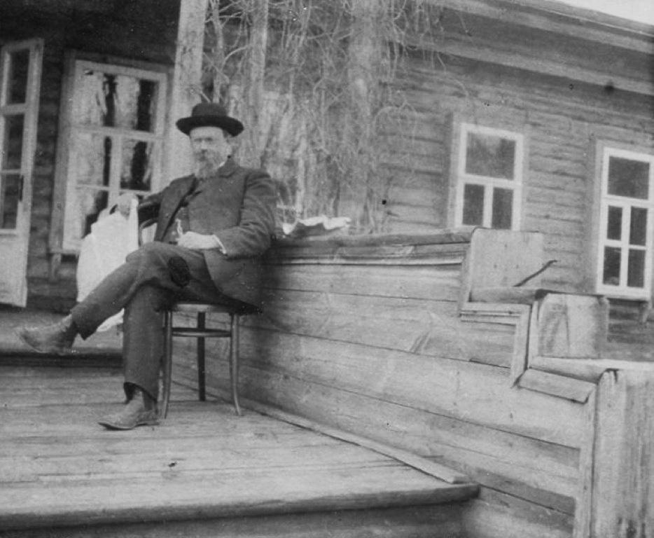 професор Московського університету В.І.Вернадський біля свого будинку у дворі університету, 1910 р.