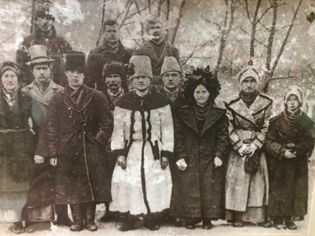 Весільні гості. Кінець XIX ст. Село Токи Підволочиського району на Тернопільщині