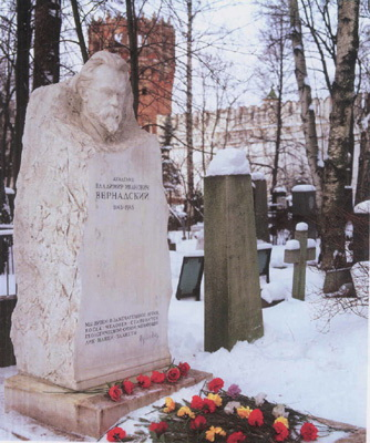 могила В.І.Вернадського на Новодівичому кладовищі у Москві 1