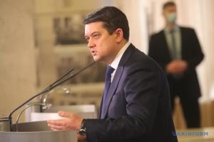 Разумков підписав закон про виплату «лікарняних» у разі хвороби або травми