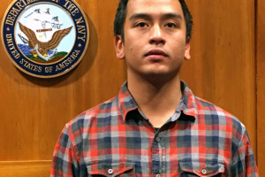 В США мужчина умер после того, как коп стал коленом ему на шею