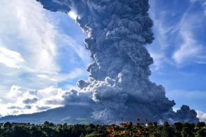 В Індонезії прокинувся вулкан - стовп попелу 1500 метрів