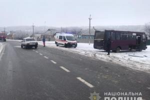 На Харьковщине легковушка въехала в автобус: двое погибших