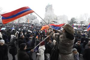 У парламента Армении протестующие ставят палатки