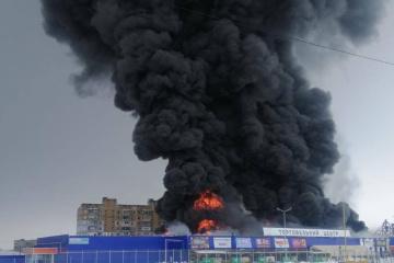 """Perwomajsk: Feuerwehr bekämpft Brand in Baummarkt """"EpicentrK"""""""