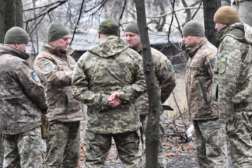 Khomchak visits JFO area to check readiness of soldiers on front line