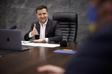ゼレンシキー大統領、「ブルガーコフがウクライナで禁書」との偽情報にロシア語で反論
