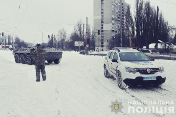 Auf Kyjiwer Straßen befreien Schützenpanzerwagen Autos aus Schneefallen