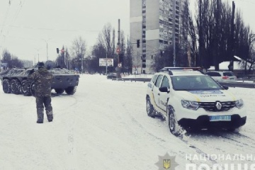 Desplegados los transportes blindados de personal en las calles de Kyiv para sacar coches de la nieve