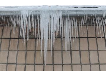 Eis von Hausdach trifft Frau in Kyjiw