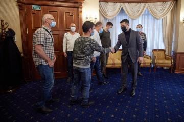 Zelensky se reúne con los marineros del barco Stevia liberados del cautiverio de piratas