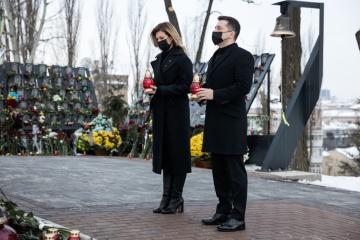 ゼレンシキー大統領夫妻、マイダン革命犠牲者追悼
