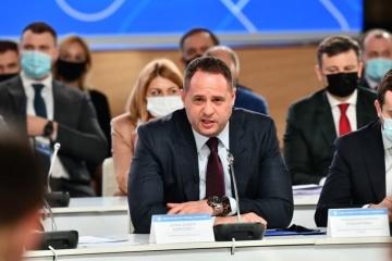 Yermak trata con el asesor del primer ministro británico la situación de seguridad en el Donbás