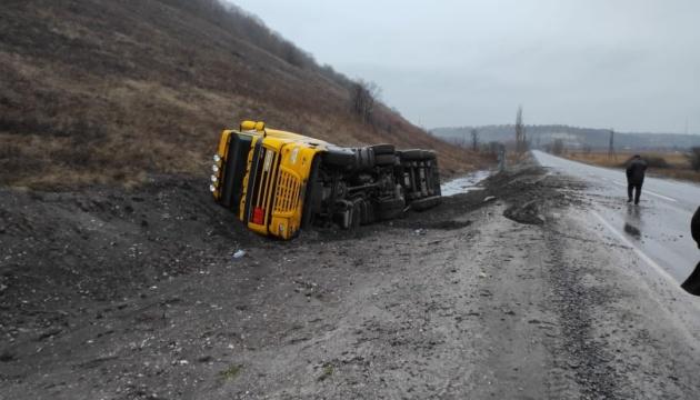 На Луганщині перекинулася вантажівка, що везла 26 тонн мазуту у Щастя