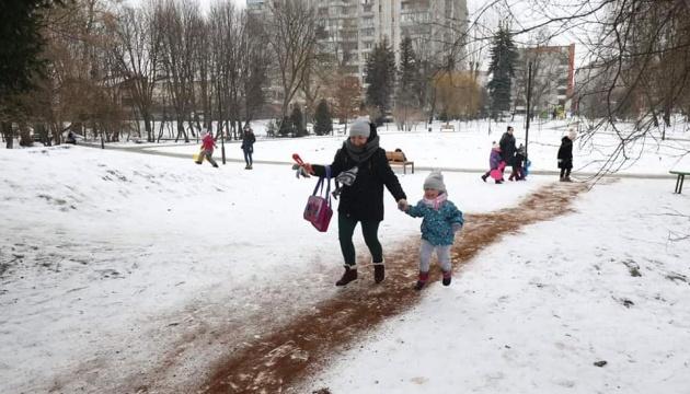 У Львівському парку доріжки посипали кавовою гущею від ожеледиці