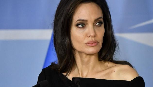 Анджелина Джоли продает картину Черчилля на аукционе
