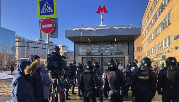 Возле суда с Навальным людей уже «пакуют» в автозаки