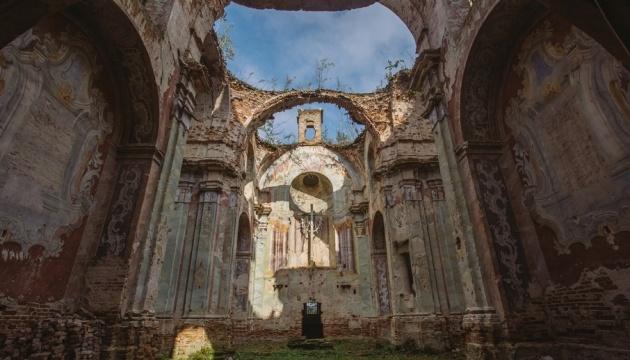 Туристов попросили помочь спасти костел в Годовице