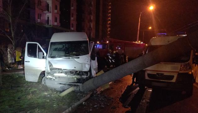 В Запорожье маршрутка въехала в столб, 14 пострадавших