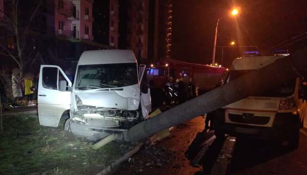 У Запоріжжі маршрутка в'їхала у стовп, 14 постраждалих