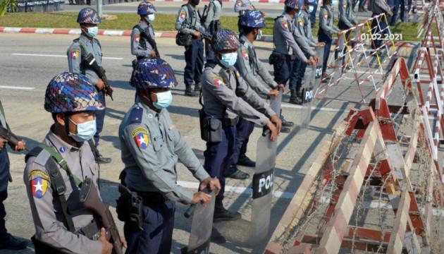 Военные в Мьянме отпустили ряд министров и чиновников - СМИ