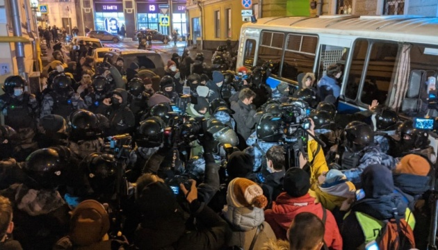 Протесты в России: активисток Pussy Riot и брата Навального признали политзаключенными