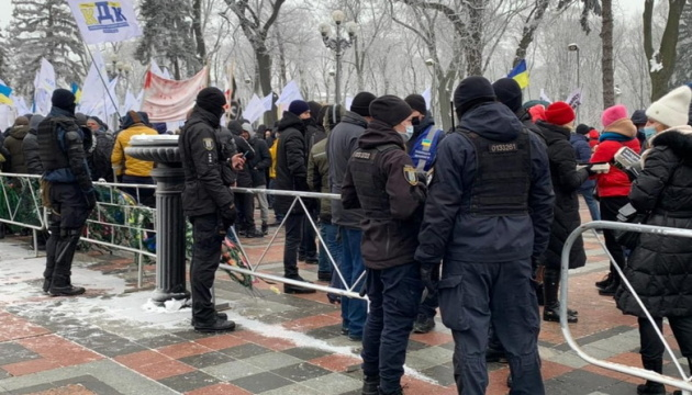 Полиция, Нацгвардия и кинологи: в правительственном квартале усилили охрану