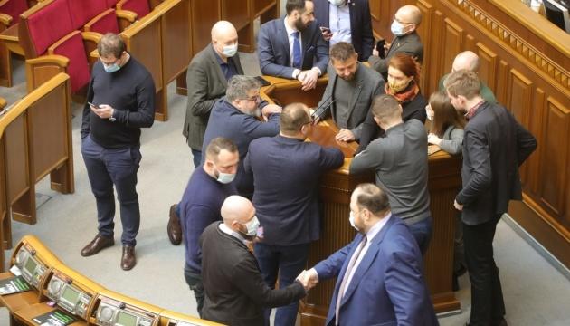 «Слуги народу» блокували трибуну Ради, щоб не пустити туди ОПЗЖ