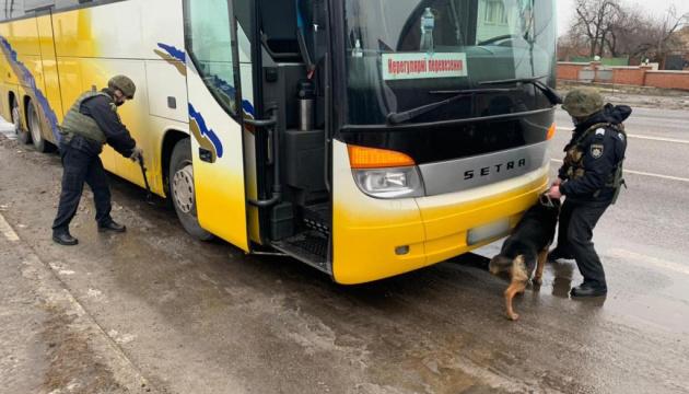 Автобус з «тітушками» зупинили через повідомлення про вибухівку