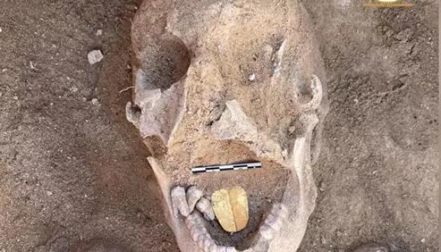 Археологи нашли в Египте уникальную мумию с золотым языком