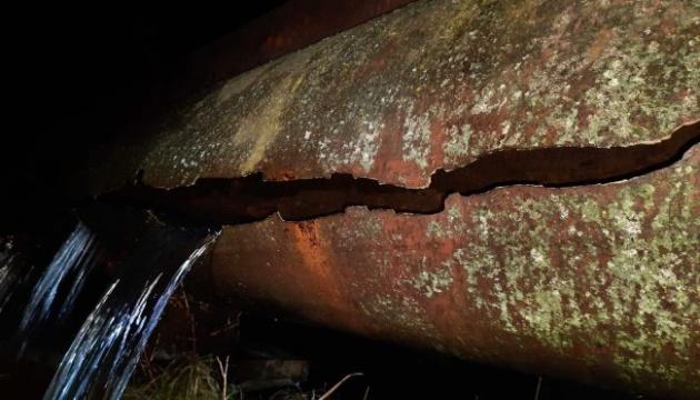 У Чернівцях прорвало магістральний водопровід