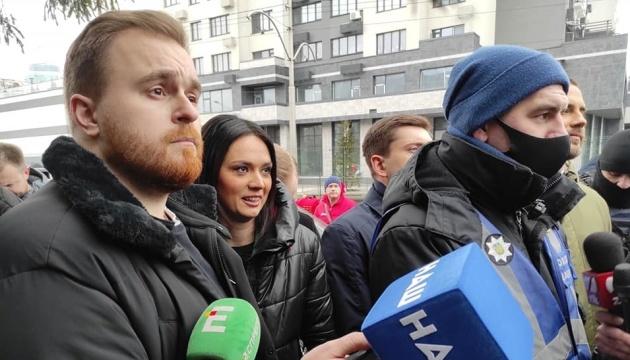 У Києві молодики у балаклавах пікетують телеканал «НАШ»