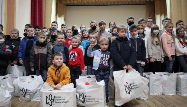 Сумівці діаспори передали подарунки дітям українських захисників зі Львівщини