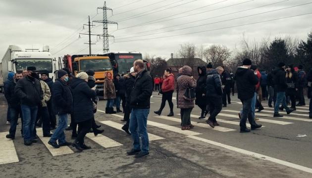 В Мукачево перекрыли трассу «Киев-Чоп» с требованиями снижения тарифов