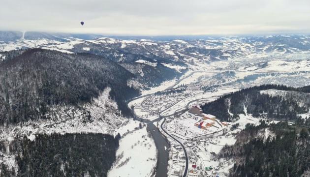 Львовские экстремалы перелетели Карпаты на воздушном шаре