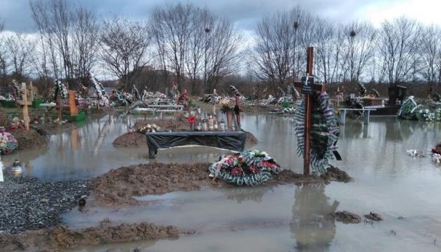 В Мукачево затопило кладбище
