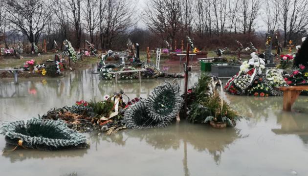 У Мукачеві затопило цвинтар