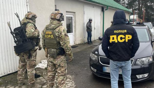 На Закарпатті повідомили про підозру митникам, які «заробляли» мільйони на імпортних авто