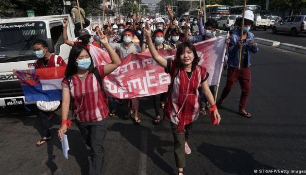 У М'янмі - масові протести через військовий переворот