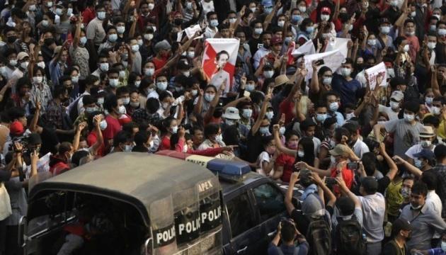 На протестах в Мьянме убили по меньшей мере 18 человек