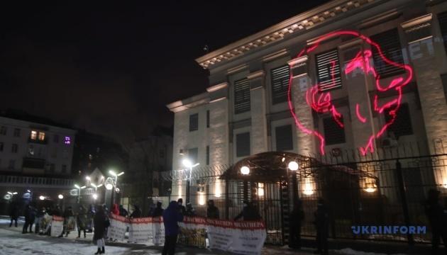 У Києві під посольством РФ - акція, присвячена річниці знищення ПВК «Вагнера» у Сирії