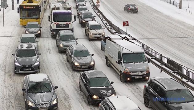 Затори у Києві: на яких вулицях застрягли автівки