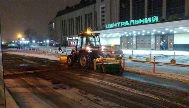 Снігопад у столиці: на дороги вивели 347 одиниць спецтехніки