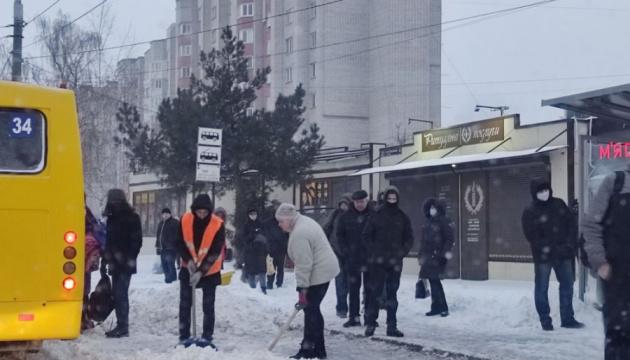 Во Львове выпало 30 сантиметров снега, коммунальщики не успевают его чистить