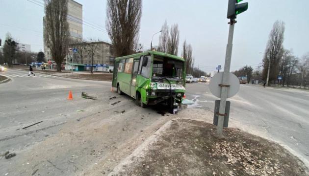 У Харкові маршрутка зіткнулася з вантажівкою, є постраждалі