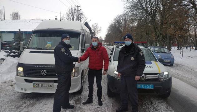 На Чернігівщині «замерзла» маршрутка з пасажирами - допомогла поліція