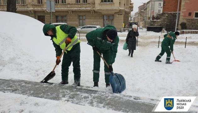 Чиновники Львівської мерії допомагають двірникам прибирати сніг