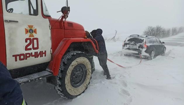 На Волині зі снігових заметів витягли 40 авто і два автобуси