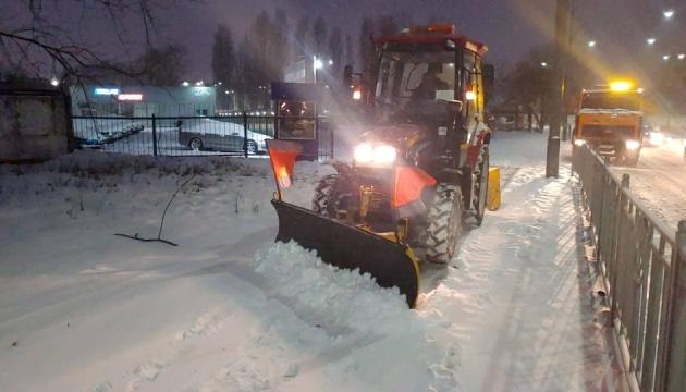 Киев целый день чистят от снега